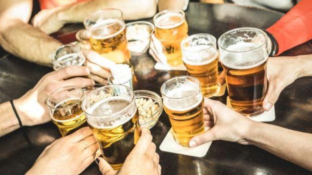 Brinde com cervejas