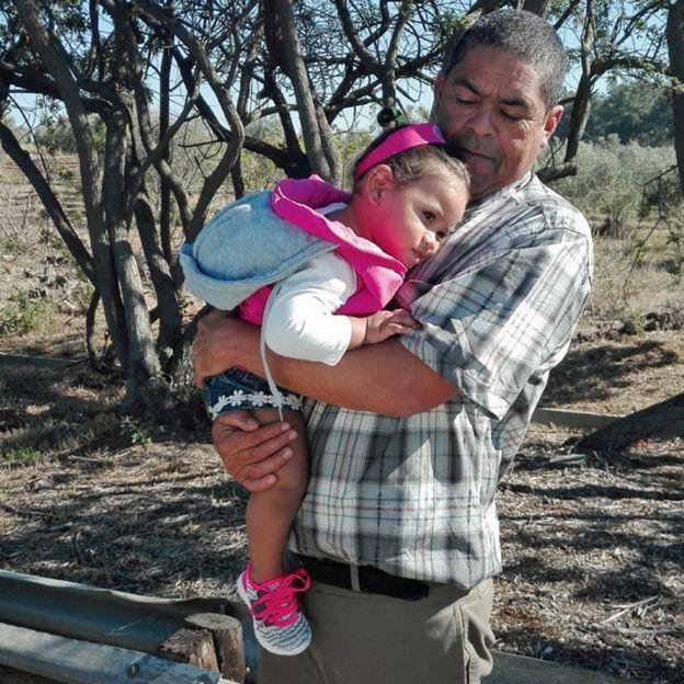 Michael, avec la fille de Miché, rend visite à Lavona en prison.