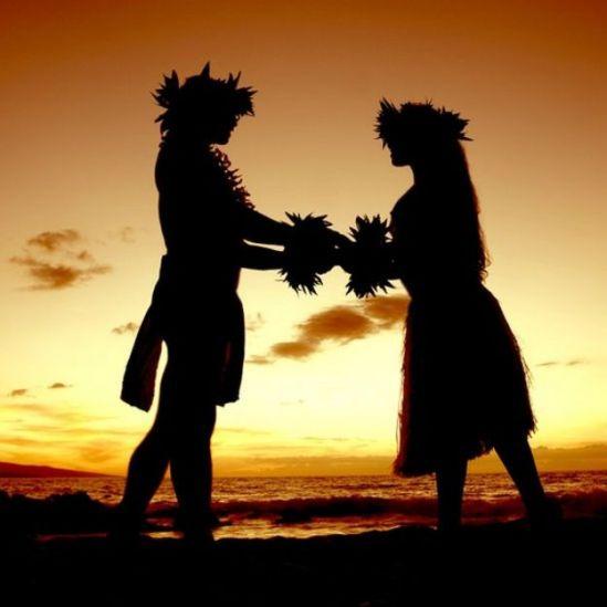 Casal havaiano no pôr-do-sol