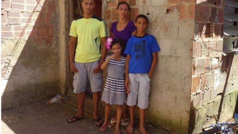 Elisabete com os filhos em 2013, dois meses após o desaparecimento de Amarildo, na casa onde vivia com companheiro