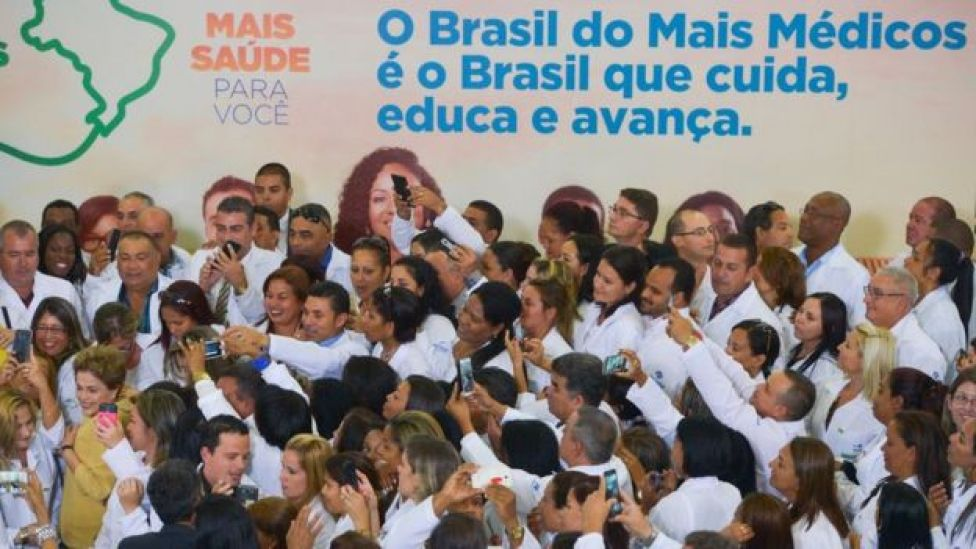 En 2016, Dilma Rousseff inaugura una nueva fase del programa Más Médicos, rodeada por profesionales de la salud, incluyendo algunos cubanos