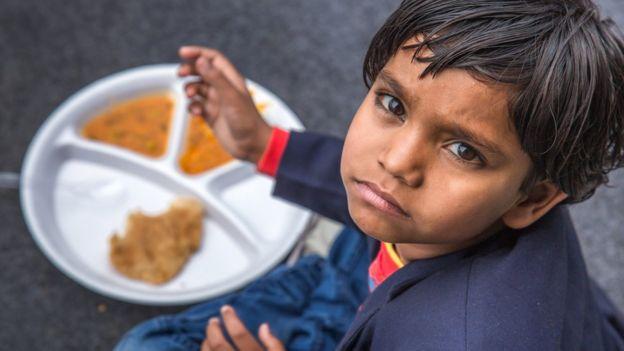 Niño con comida