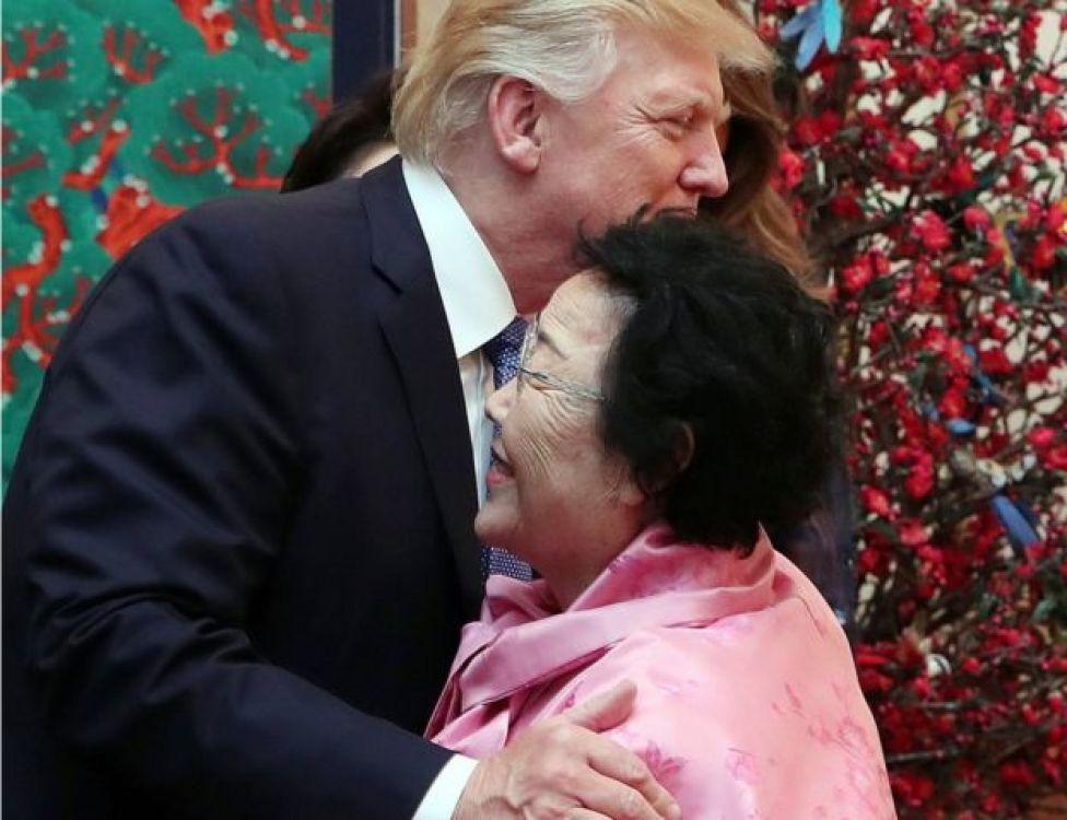 Trump abraza a Lee Yong-su en la cena de estado que se le ofreció en Seúl.
