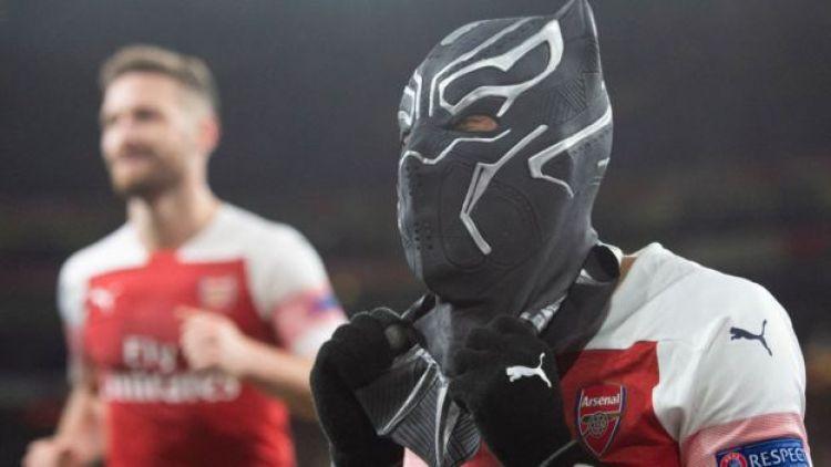 Aubameyang celebrando un gol con la máscara de Black Panther.