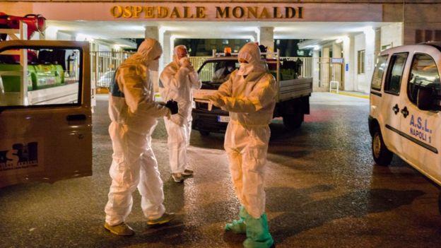 Napoli'de koruyucu kıyafetler giymiş doktorlar.