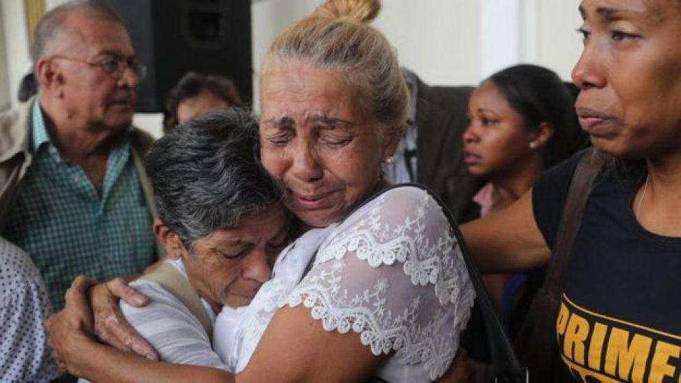 Mujeres emocionadas en el funeral de Fernando Albán