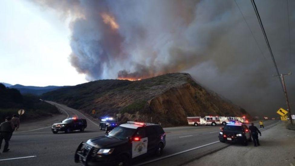 الحرائق تقطع الطريق قرب بلدة بارادايس