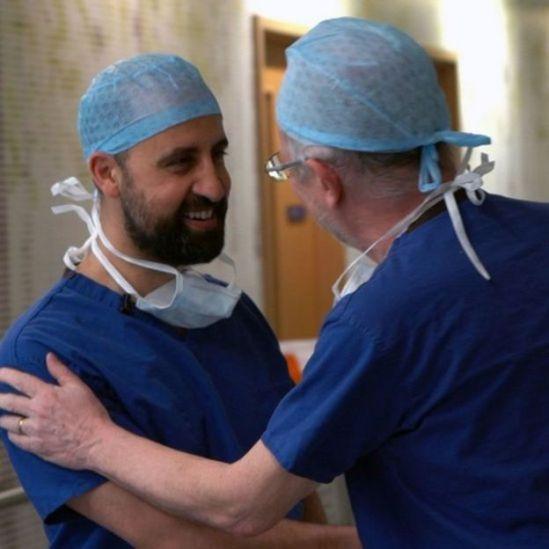 Médicos se cumprimentam após operação de Safa e Marwa em hospital em Londres