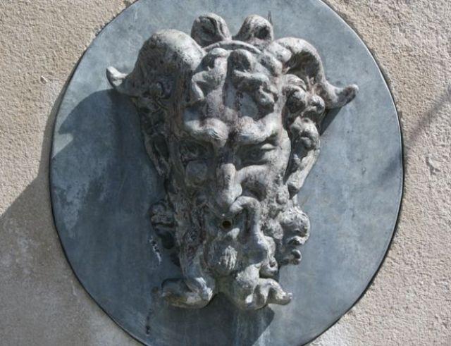 Escultura de la cabeza del dios Pan