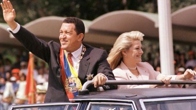 Hugo Chávez e sua esposa Marisabel Rodriguez de Chavez, em passeata em fevereiro de 1999
