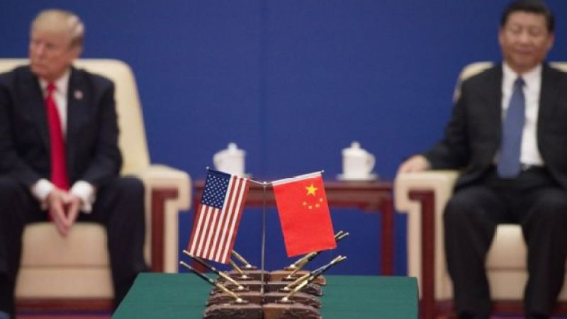 O presidente dos EUA, Donald Trump (L), e o presidente da China, Xi Jinping, participam de um evento de líderes empresariais dentro do Grande Salão do Povo em Pequim, em 9 de novembro de 2017.