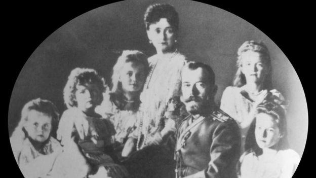Ảnh chụp gia đình hoàng gia năm 1906. Từ trái sang phải xung quanh Sa Hoàng Nicolas 2 và Hoàng hậu Alexandra, các con Anastasia, Alexis, Marie, Olga và Tatiana. Tất cả đều bị thủ tiêu ngày 17/7/1918