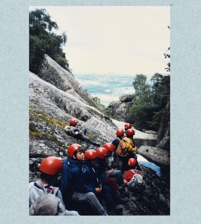 Matt en una montaña con amigos.