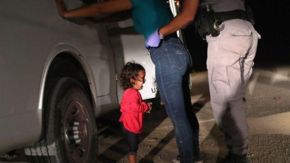Una niña de Honduras llora mientras detienen a su madre en la frontera de México y EEUU.