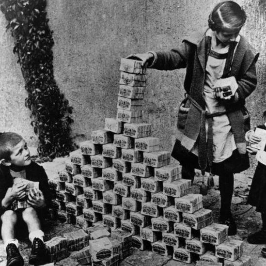 Niños en Alemania construyendo una torre con billetes