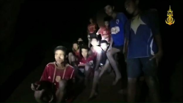 Os meninos tailandeses foram encontrados agrupados no interior da cavenra juntamente com o técnico do time de futebol