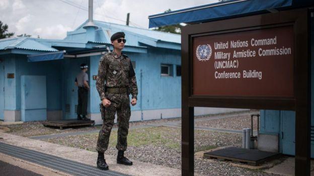Soldado vigia a sala de conferências