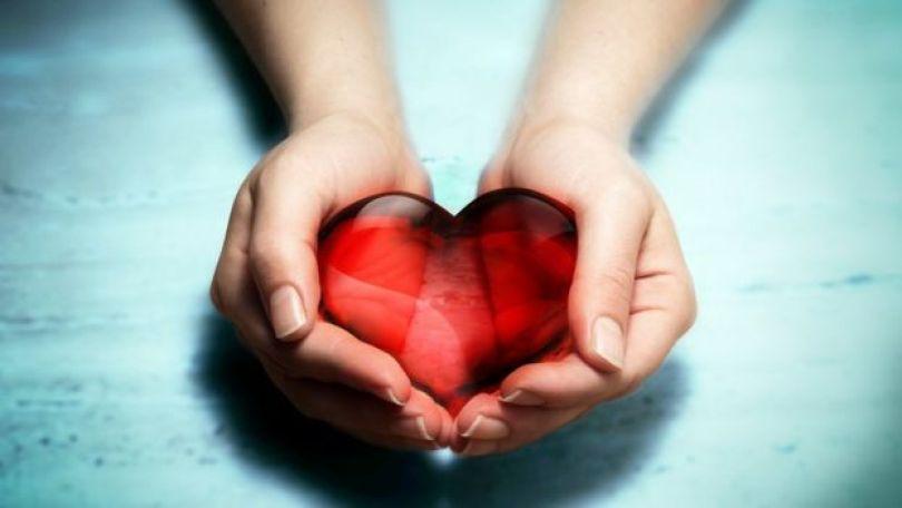 Mãos de mulher segurando coração de cristal