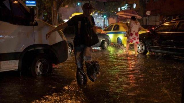 Chuva alaga ruas em Botafogo no Rio de Janeiro