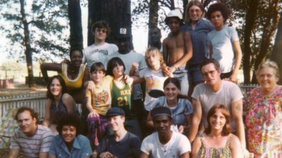 Miembros del grupo y sus amigos fotografiados en 1975 en el rancho de Redwood Valley.