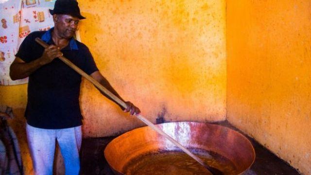 Homem produzindo marmelada no Quilombo Mesquita