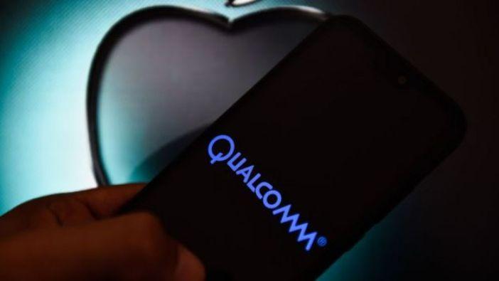Hombre con celular y logos de Qualcomm y Apple.