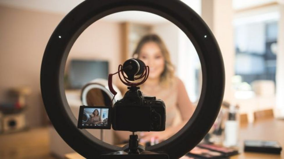 Persona grabándose en video