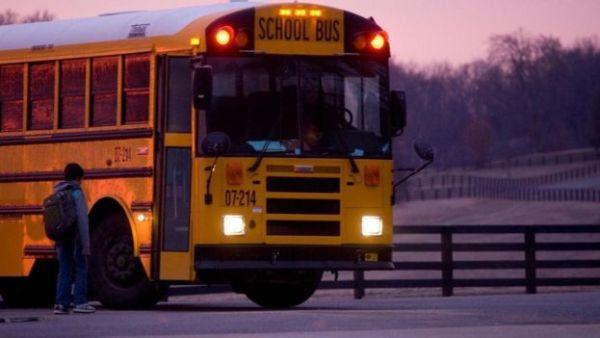 تلميذ يستعد للصعود إلى حافلة مدرسية