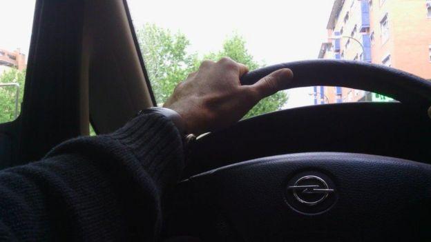 Una foto de Morris conduciendo el automóvil