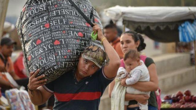 Venezolano cargando una maleta