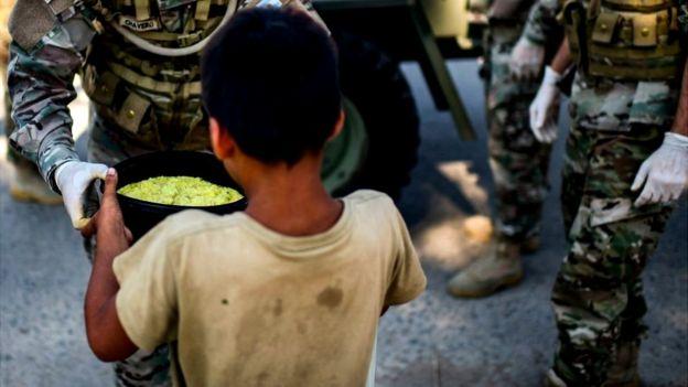 Un soldado reparte comida a los más pobres en Argentina.
