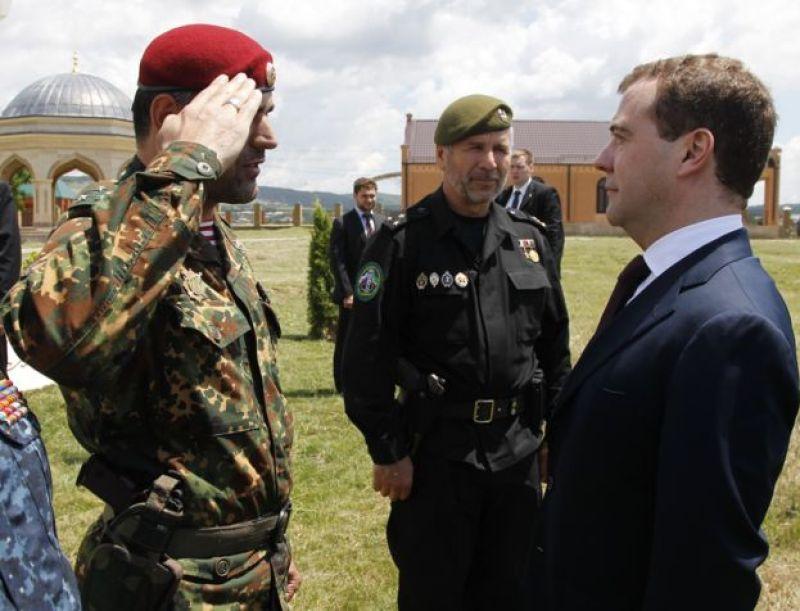 Dmitri Medvedev Alibek Delimxanovla 2010-cu ildə Çeçenistanda