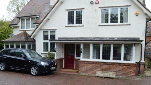 Fachada da casa de Bailey e Stewart na Inglaterra.