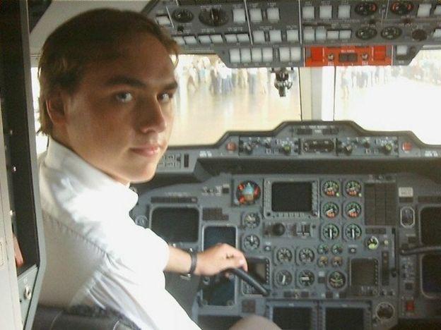 Carlos Bolsonaro em avião