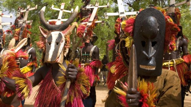 Personnes en costumes traditionnels Dogon