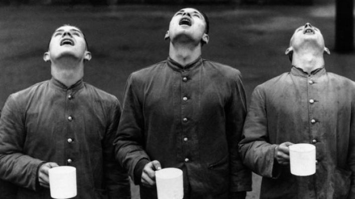 ثلاثة شباب يتنافسون في تنظيف أفواههم