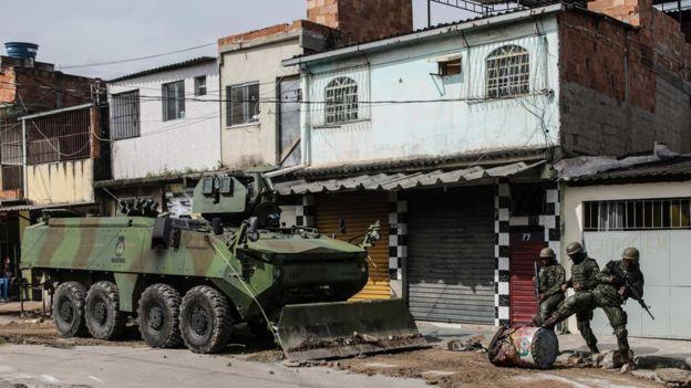 Militares e um tanque próximo a casas no Rio