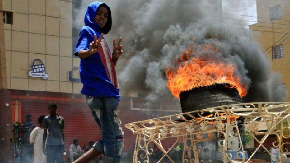 محتجون بدأوا في إشعال إطارات السيارات ووضع متاريس في الطرقات