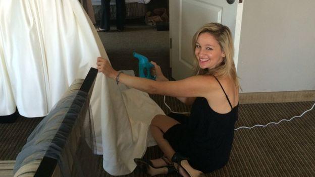 Jen Glantz cuidando un vestido