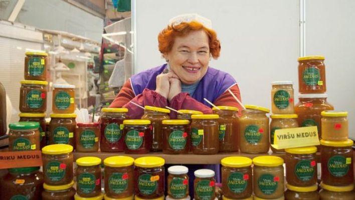 Vendedora de mel na Letônia