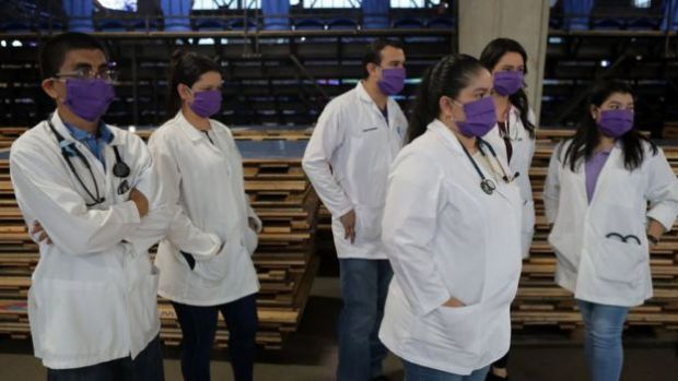 Médicos con mascarillas