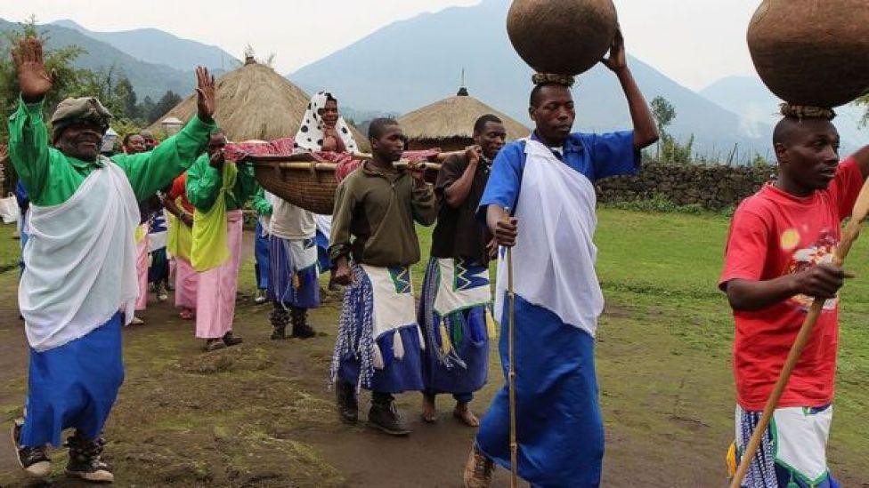 Simulation d'une cérémonie de mariage traditionnelle pour les touristes à Kinigi, au nord du Rwanda.