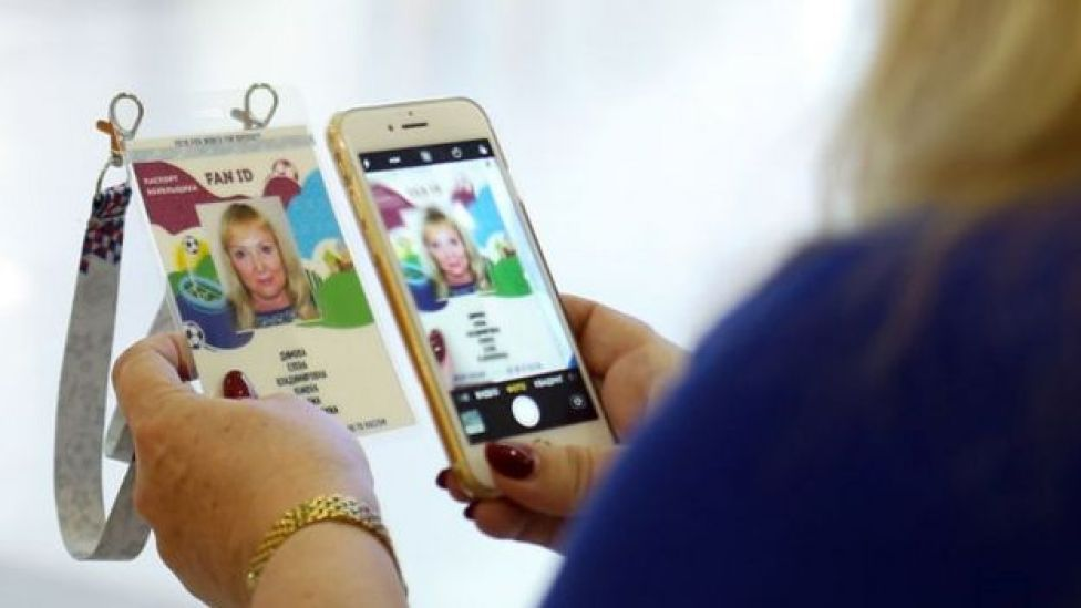 mujer tomando foto de su Fan ID