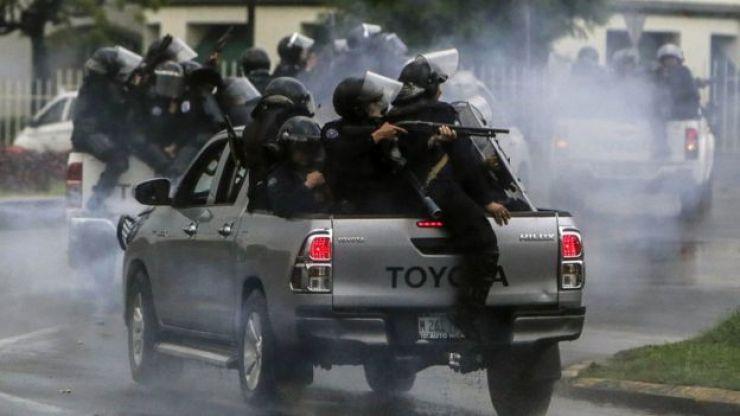 Policías con armas en una camioneta