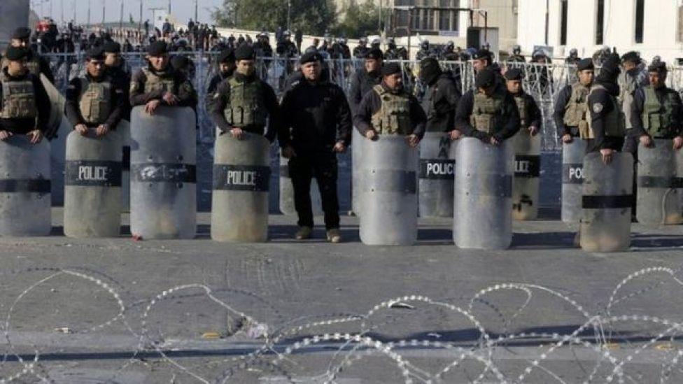 قوات الأمن تغلق جسرا يؤدي إلى المنطقة الخضراء