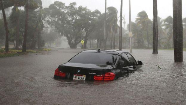 Carro parcialmente submerso em Miami