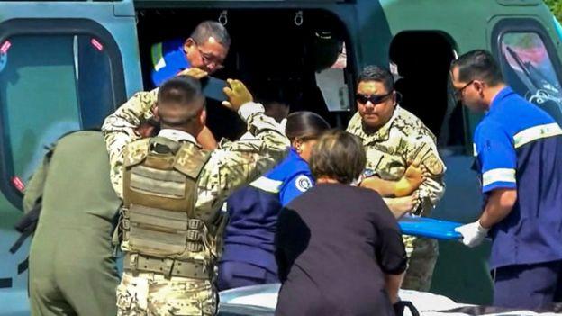 Capture prise de la chaîne panaméenne TVN Noticias montrant des ambulanciers paramédicaux panaméens transportant l'une des 15 personnes secourues