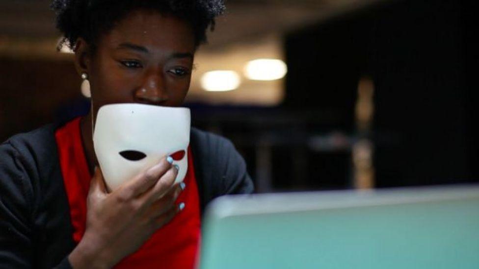 Joy Buolamwini yüzünü tanıyamayan bilgisayarının beyaz bir maske taktığında yüzünü tanıdığını ortaya çıkarmıştı