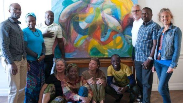 María rodeada de artistas de Nigeria y Uganda