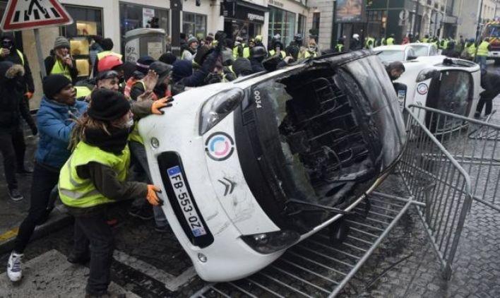 Manifestasntes voltean un auto